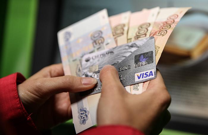 Карточка и деньги в руках