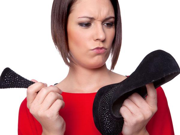 Девушка со сломанной туфлей