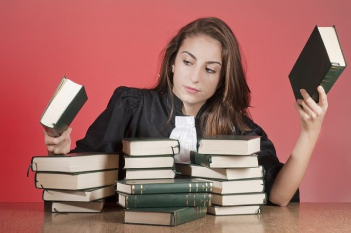 Студентка с книжками