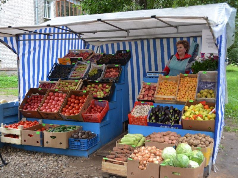 Уличный продавец фруктов и овощей