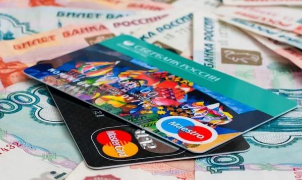 Пластиковые карточки на деньгах
