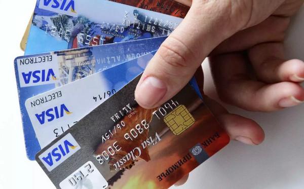 Четыре банковские карточки