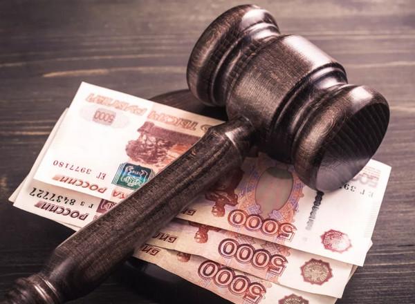 Судебный молоток на деньгах