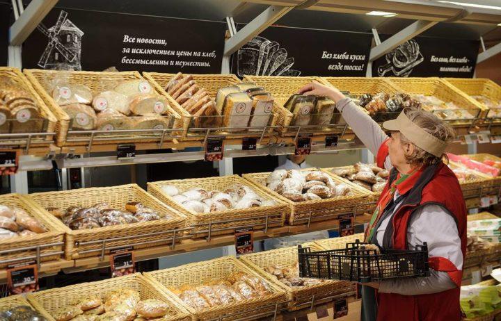 Продавец и прилавок с хлебом