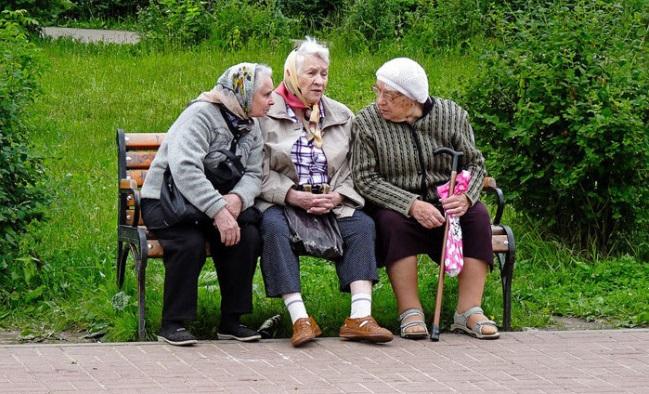 Пожилые женщины на лавочке