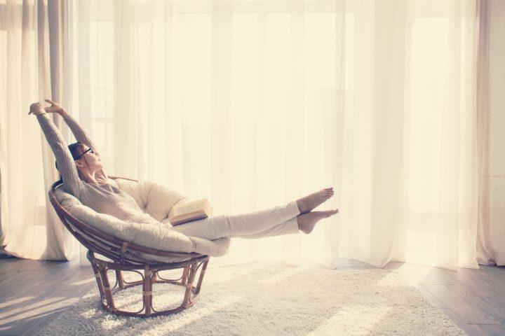 Девушка в кресле с книгой