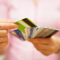 Банковские карточки в руках