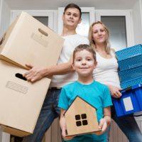 Семья с коробками