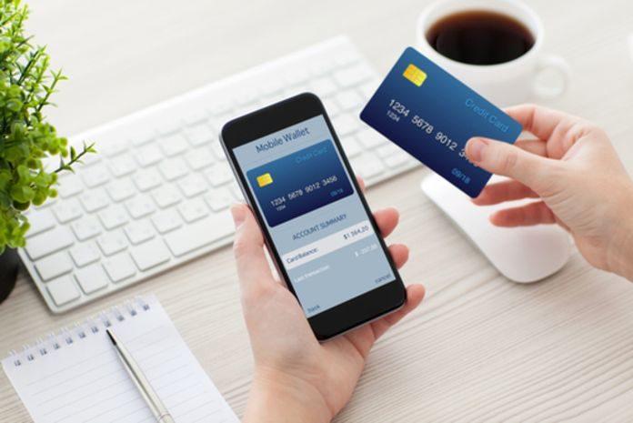 Смартфон и банковская карта