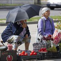 Женщины продают продукты