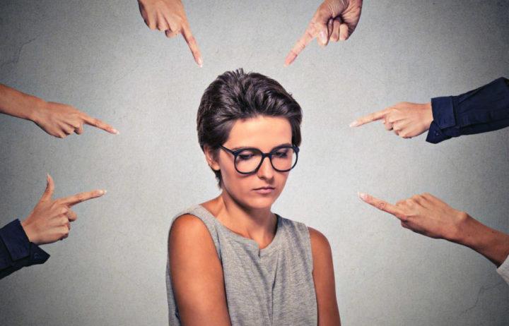 Люди тычут пальцами в девушку