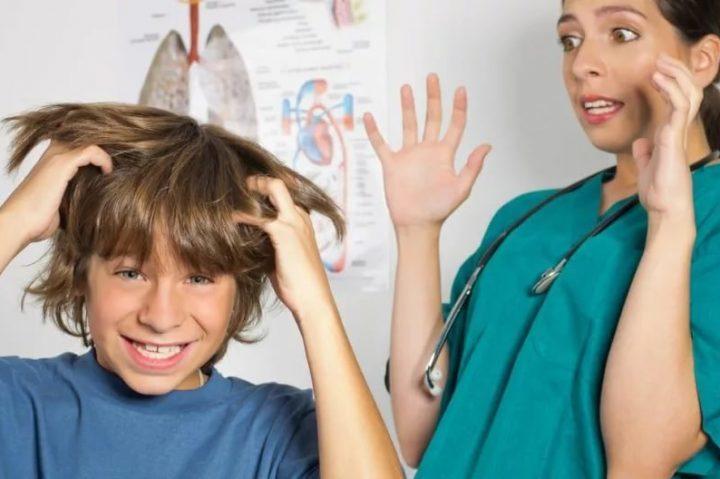 Ребенок чешет голову и испуганная медсестра