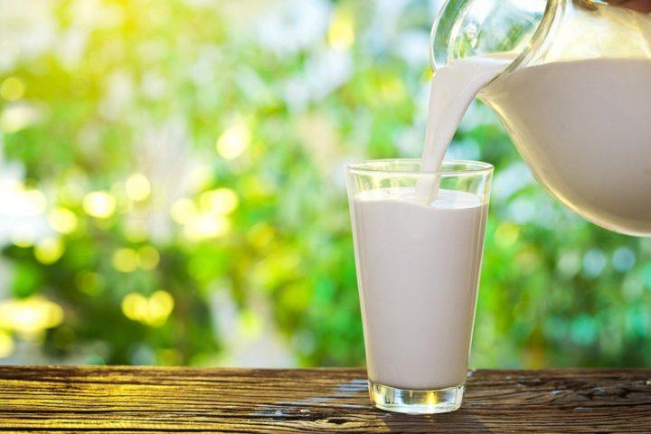 Из кувшина наливают молоко