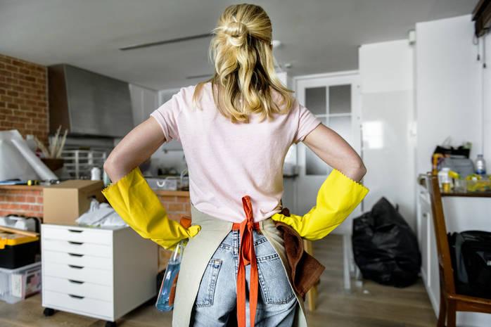 Девушка убирает дом