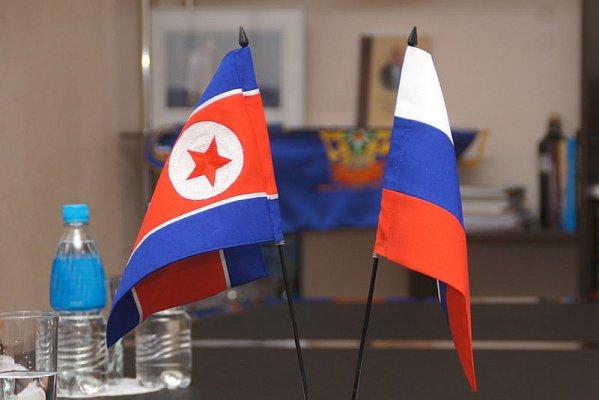 Флаги России и Северной Кореи