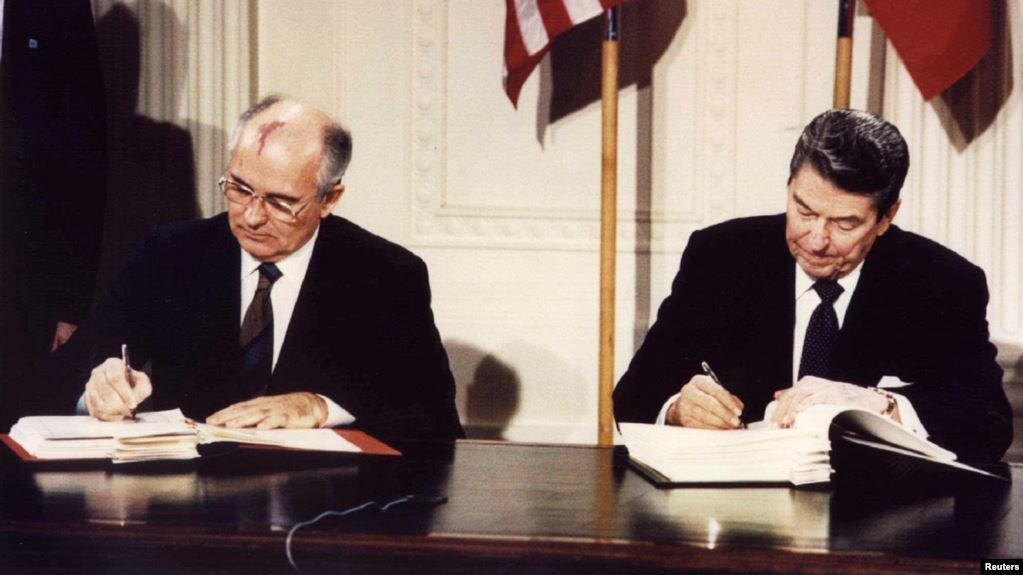 Горбачев и Рейган подписывают договор