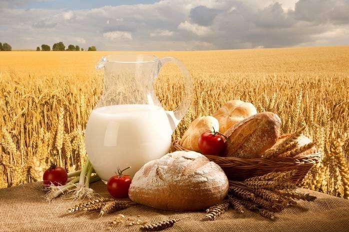 Хлеб и молоко на фоне пшеницы