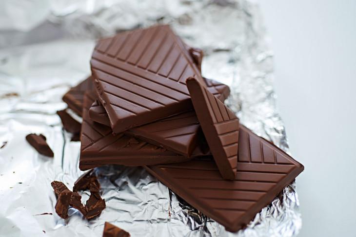 Кусочки черного шоколада