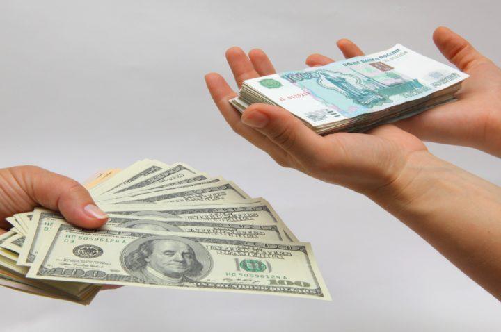 Пачка долларов и рублей