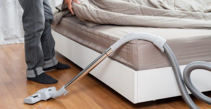 Пылесос у кровати