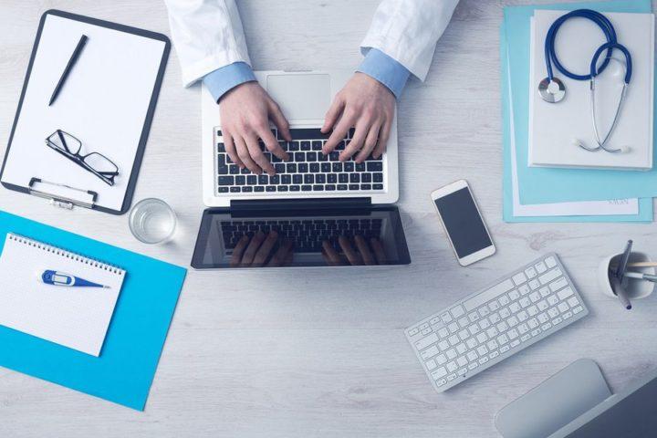 Доктор работает на компьютере