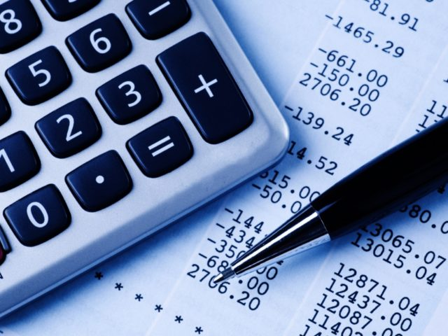 Калькулятор, ручка и цифры