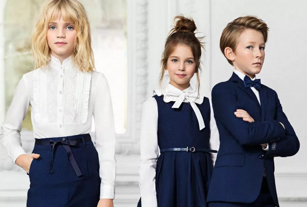 Две девочки и мальчик в школьной форме