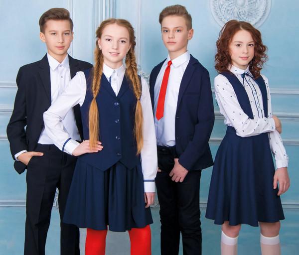 Подростки в школьной одежде