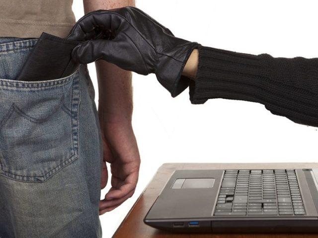 Мошенник вытягивает кошелек из кармана