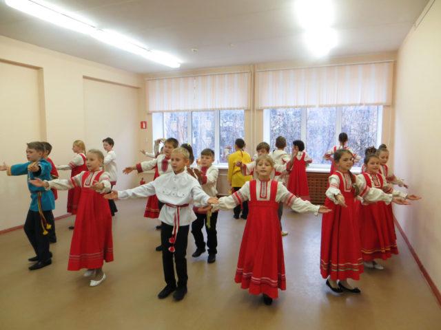Дети танцуют народный танец