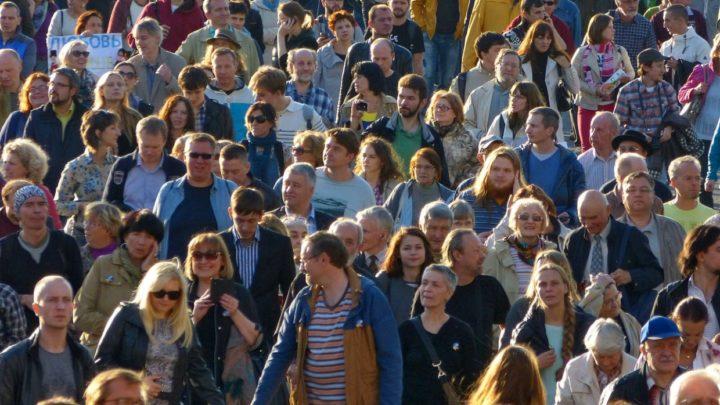 Много людей