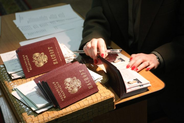 Паспортистка с паспортами