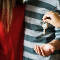 Передают ключи семейной паре