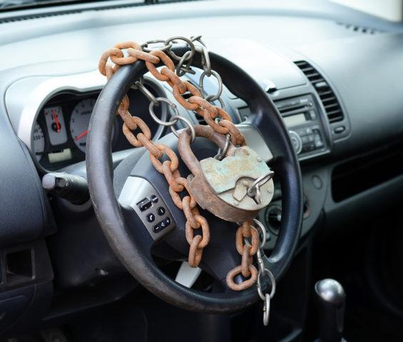 Замок и цепь на руле автомобиля