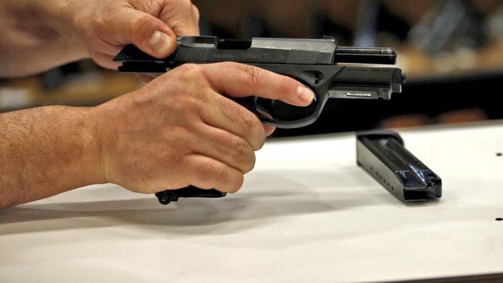 Мужчина перезаряжает пистолет