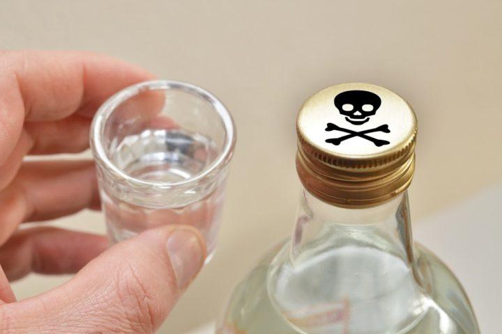Суррогатный алкоголь в стопке