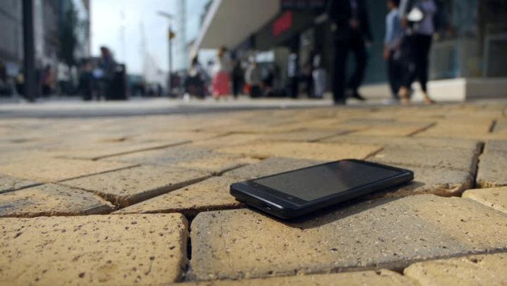 Забытый смартфон на асфальте