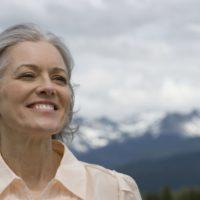 Женщина 45 лет улыбается