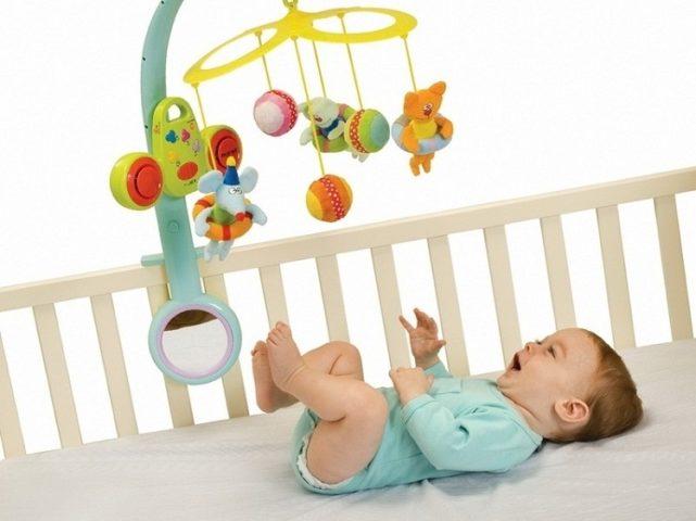 Малыш в кроватке и мобиль