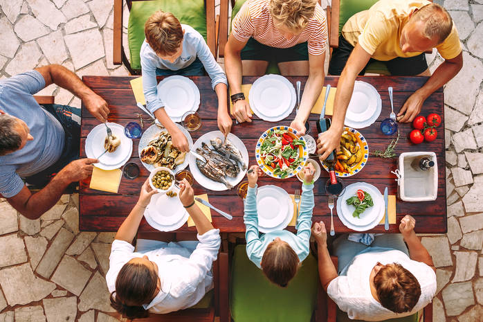 Большая семья за столом