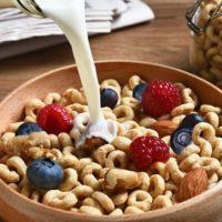 Молоко вливается в сухой завтрак