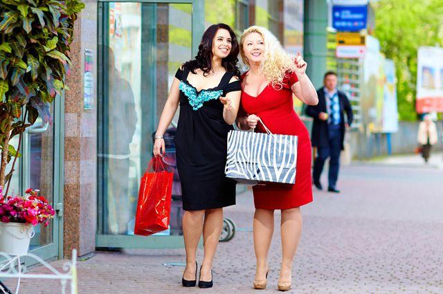 Две девушки с покупками