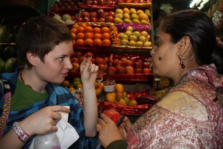 Девушка торгуется на рынке