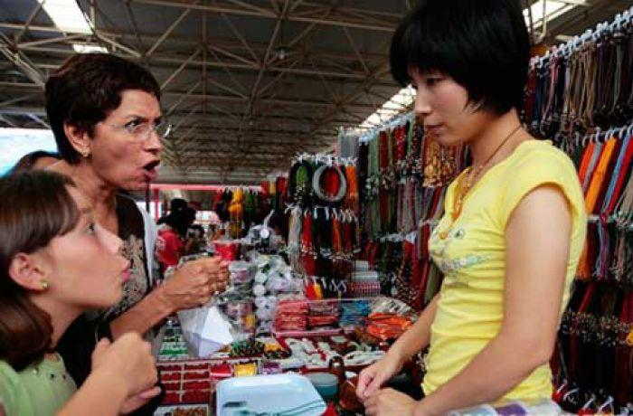 Мать и дочь торгуется на рынке