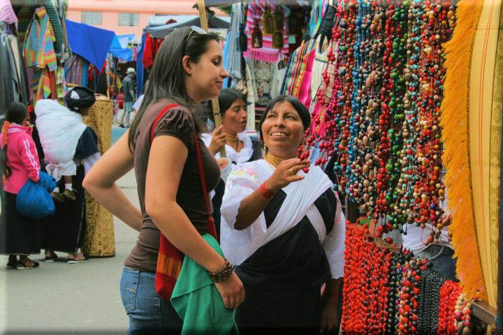 Продавец показывает свой товар