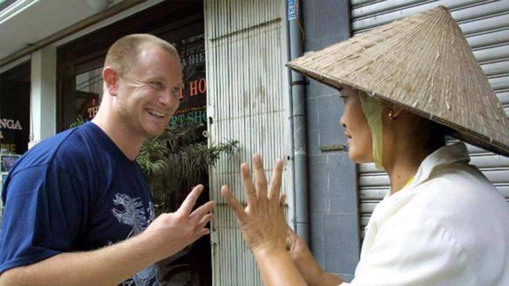 Улыбающийся покупатель и азиатский продавец