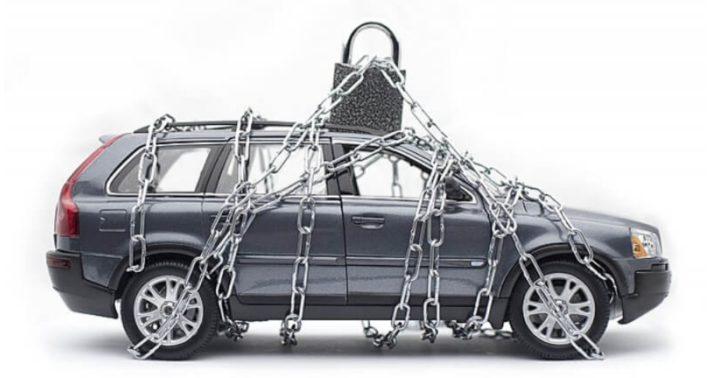 Автомобиль с замком и цепями