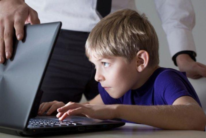 Ребенок играет в игру на ноутбуке
