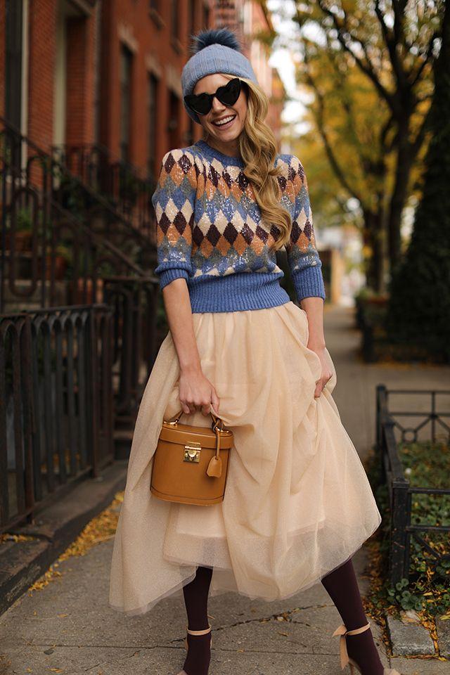 Девушка в свитере и пышной юбке