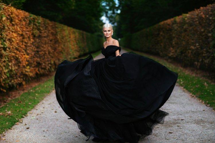Девушка в черном пышном платье